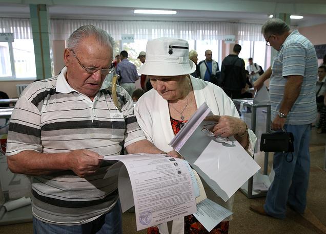 В Крыму также прошли выборы в местные представительные органы власти. В 15 крупных городах полуострова, включая Симферополь, Ялту, Алушту, Евпаторию, Судак и Керчь, выбирают депутатов горсоветов. На фото: на избирательном участке в Симферополе