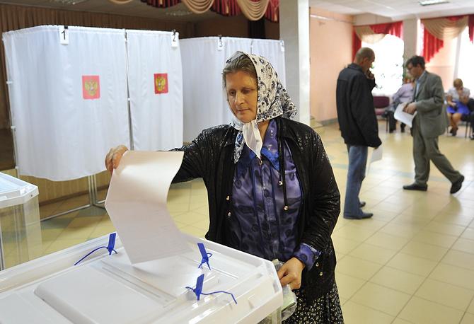 Глав российских регионов выбирали в 30 субъектах федерации. На фото: избиратели на выборах губернатора Орловской области