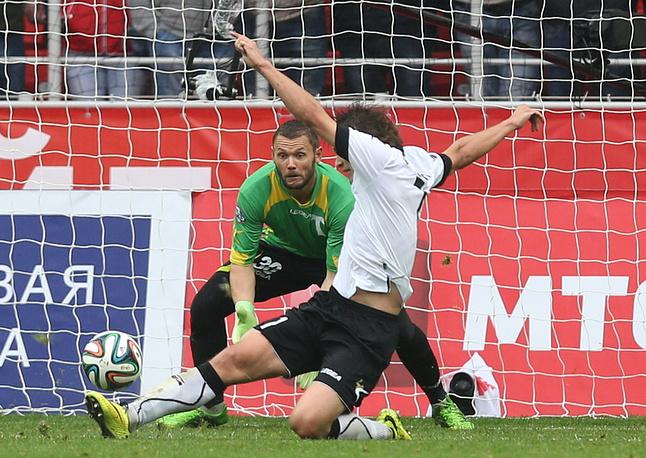 """Голкипер """"Торпедо"""" Юрий Жевнов был вынужден трижды вынимать мяч из ворот"""