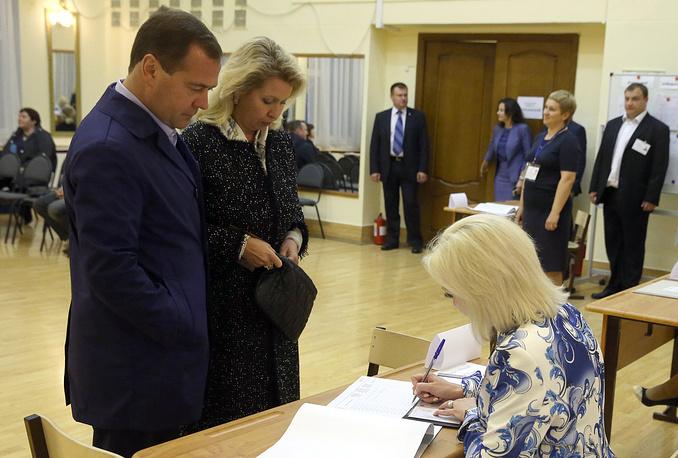 Премьер-министр РФ Дмитрий Медведев с супругой Светланой проголосовали на выборах в Мосгордуму избирательном округе Москвы №42