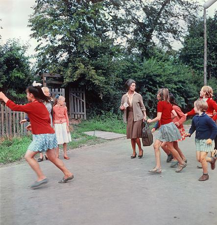 """Лорен и Мастроянни снимались в фильмах """"Вчера, сегодня, завтра"""" (1963), """"Подсолнухи"""" (1970) и """"Высокая мода"""" (1994). Актриса говорит, что """"любит играть роли простых женщин, которых каждый день встречаешь на улице"""". На фото: съемки фильма """"Подсолнухи"""", 1969 год"""