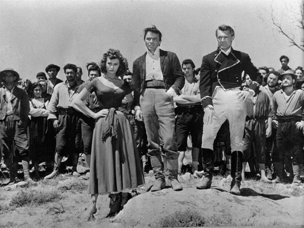 """В разные годы среди партнеров Софи Лорен по фильмам были такие известные актеры, как Кларк Гейбл, Фрэнк Синатра, Пол Ньюмен, Жан Габен, Кэри Грант, Марлон Брандо, Берт Ланкастер, Ричард Бартон. На фото: Софи Лорен, Фрэнк Синатра и Кэри Грант на съемках фильма """"Гордость и страсть"""", 1956 год"""