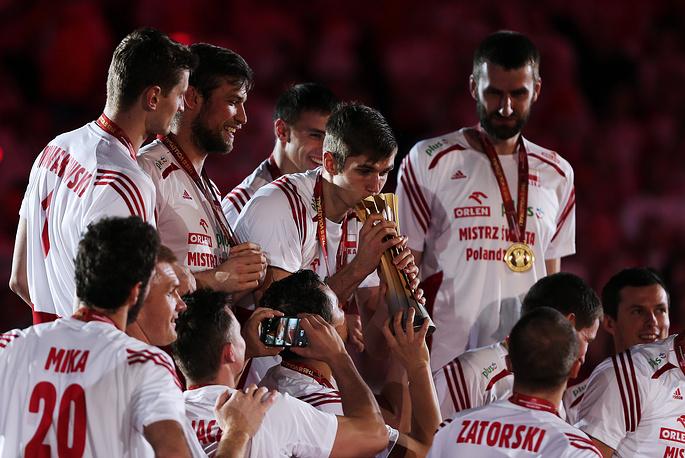 Волейболисты сборной Польши с трофеем