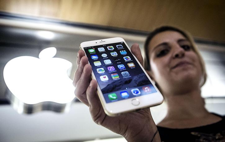 Корпорация Apple отозвала последнее обновление операционной системы iOS 8 в связи с нареканиями потребителей на работу мобильных устройств после установки новой ОС. Акции корпорации, отозвавшей обновление операционной системы, по итогам торгов на американской электронной бирже NASDAQ упали на 3,8%