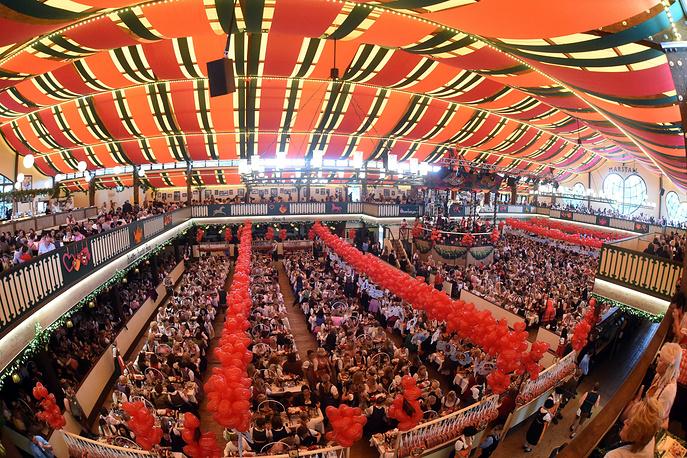 """Одной из визитных карточек """"Октоберфеста"""" являются огромные пивные шатры. В самом большом из них одновременно могут расположиться около 10 тыс. человек"""