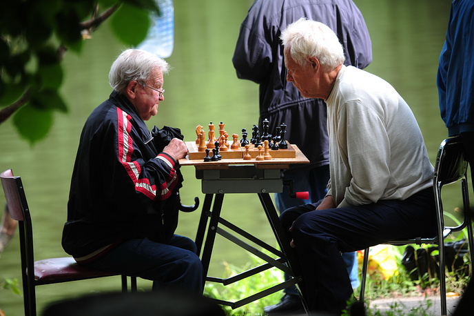 Сначала День пожилых людей начали отмечать в Европе, затем в Америке, а в конце 1990-х годов уже во всем мире. На фото: пенсионеры во время игры в шахматы в Измайловском парке
