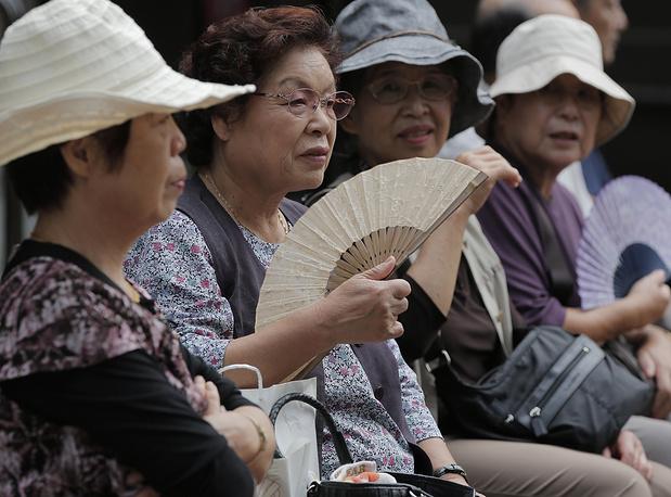 В Японии День почитания пожилых людей традиционно отмечается в третий понедельник сентября. Среди других народов японцы отличаются тем, что входят в группу долгожителей. На фото: японские пенсионеры отдыхают в храме в Токио