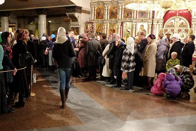 Возле Храма-на-Крови и внутри него образовалась очередь из сотни православных верующих