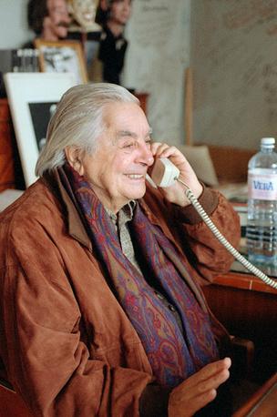 Юрий Любимов в своем рабочем кабинете, 1997 год