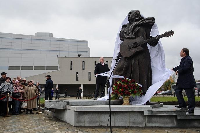 Губернатор Свердловской области Евгений Куйвашев (справа) и министр культуры республики Беларусь Борис Светлов (слева от памятника) на церемонии открытия