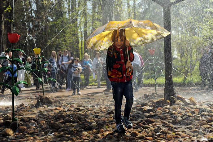 """Фонтан-шутиха """"Дубок"""" с пятью тюльпанами возле него и двумя скамейками также пользуется большой популярностью у туристов. Посетители часто приходят, специально захватив с собой зонтик, чтобы в жаркий день постоять под ним под фонтанами-шутихами"""
