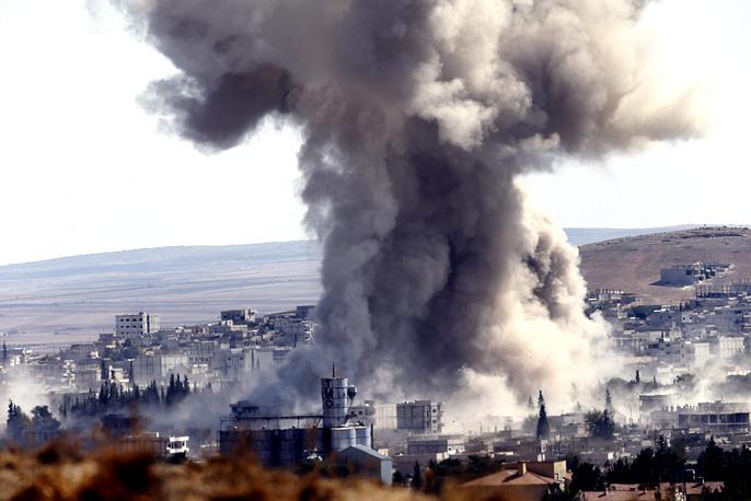 """Боевики экстремистской группировки """"Исламское государство"""" сумели захватить более трети районов сирийского города Кобани на границе с Турцией, несмотря на массированные авиаудары антитеррористической коалиции во главе с США, 9 октября"""