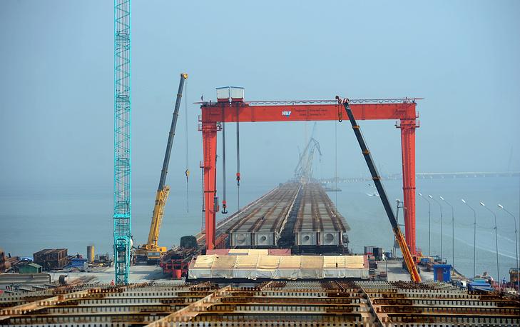 В список активно реализуемых совместных проектов в транспортной сфере входят строительство железнодорожного моста через реку Амур на участке Нижнеленинское (Еврейская автономная область) - Тунцзян (провинция Хэйлунцзян), развитие железнодорожных контейнерных перевозок по маршруту Чунцин (КНР) - Дуйсбург (Германия), создание транспортного коридора Западный Китай - Западная Европа
