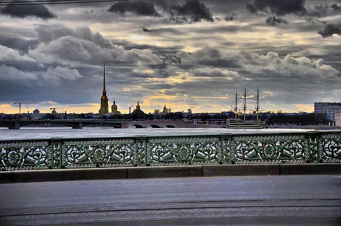 Вид на Петропавловскую крепость с Литейного моста