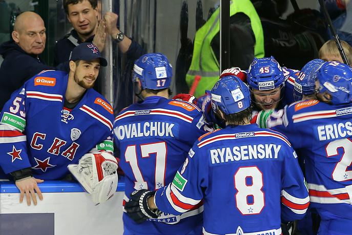 Хоккеисты СКА празднуют заброшенную шайбу