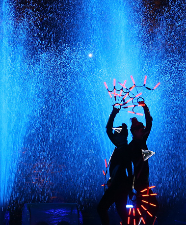 """Шоу-спектакль """"Вокруг света меньше, чем за час"""" в рамках IV Московского международного фестиваля """"Круг Света"""" у Останкинского пруда"""