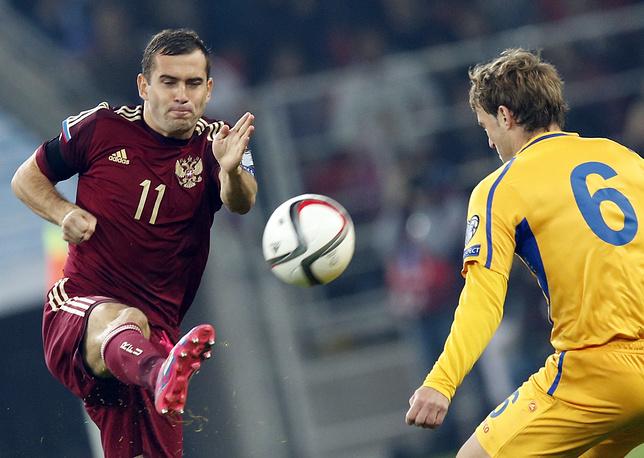 Удар Александра Кержакова (слева)