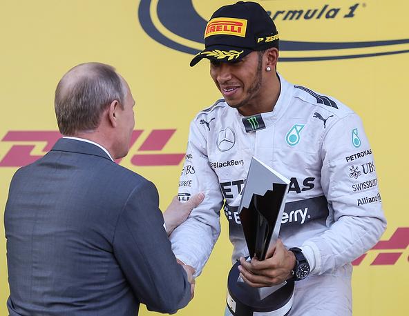Владимир Путин вручил британцу Кубок победителя Гран-при