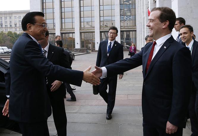 Стороны обсудили ключевые вопросы российско-китайского сотрудничества в торгово-экономической, инвестиционной, энергетической областях, а также в гуманитарной сфере. На фото: премьер госсовета КНР Ли Кэцян и премьер-министр РФ Дмитрий Медведев
