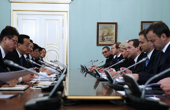 Встреча проходила в узком составе делегаций. На фото: премьер госсовета КНР Ли Кэцян (второй слева) и премьер-министр РФ Дмитрий Медведев (третий справа) во время встречи в Доме правительства РФ