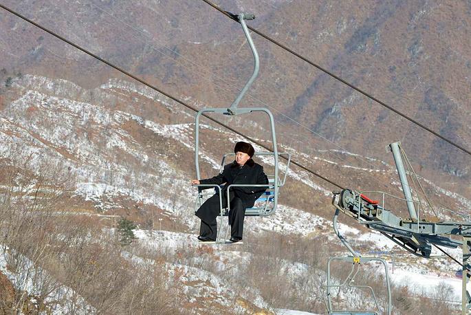 Во время инспекции строящегося горнолыжного курорта на востоке КНДР, 2013 год