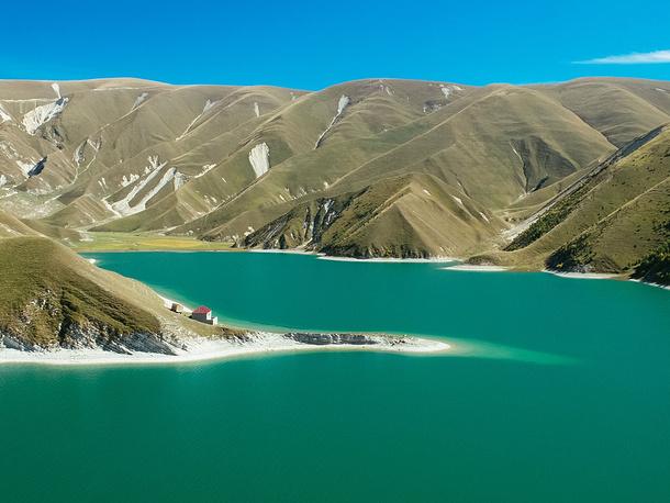 Озеро Казеной-Ам, расположенное вблизи границы Чеченской Республики с Дагестаном, на высоте около 1860 метров. Вода в нем чистейшая, питают озеро ручьи, речки и подземные ключи.