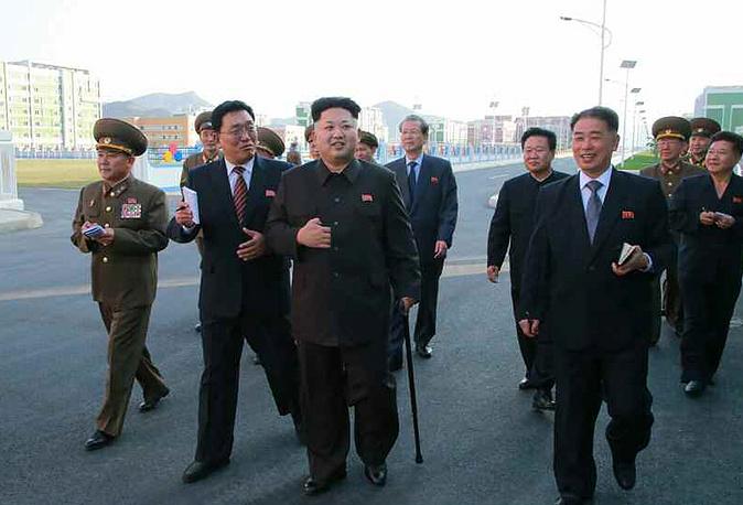 Лидер Северной Кореи Ким Чен Ын инспектирует строительство жилого комплекса для ученых в Пхеньяне, 13 октября 2014 года
