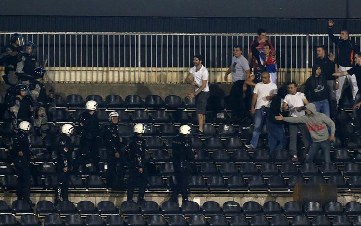 Полиция Белграда пытается успокоить болельщиков сербской сборной