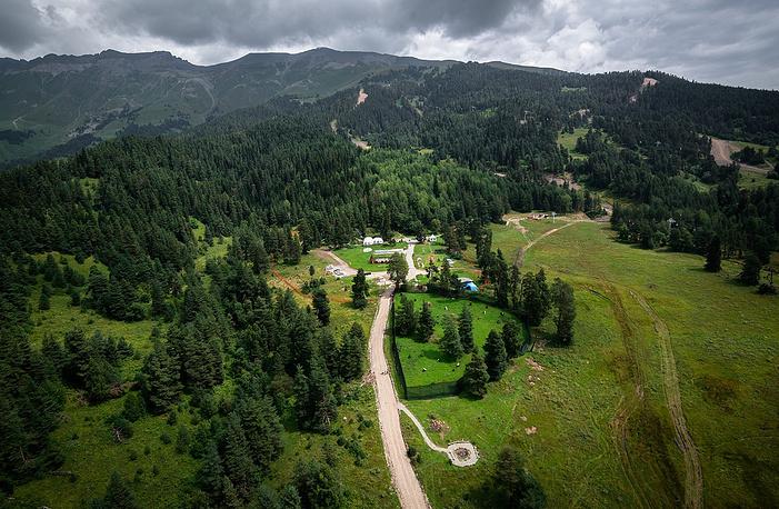 Вид сверху на палаточный лагерь.