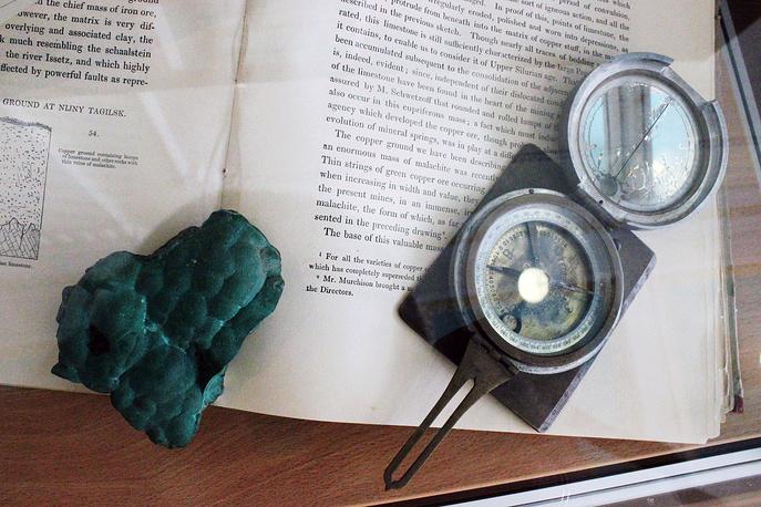 Старинный компас, фрагмент уральского малахита и английский учебник с описанием истории разработки малахитовых залежей. XIX век