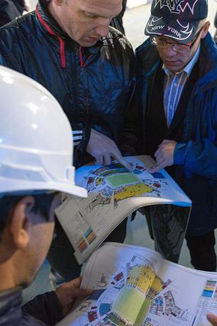 """Проект реконструкции стадиона """"Фишт"""" будет готов к концу 2014 года. На фото: во время инспекционного обхода стадиона """"Фишт"""""""