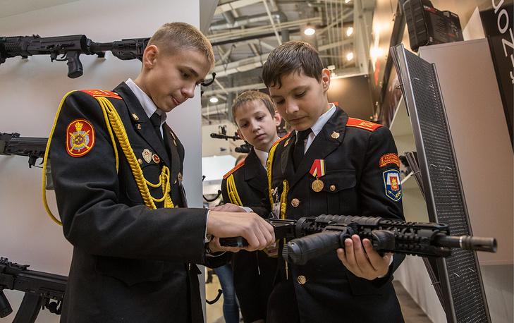 Курсанты кадетского училища у стенда фирмы FAB Defense