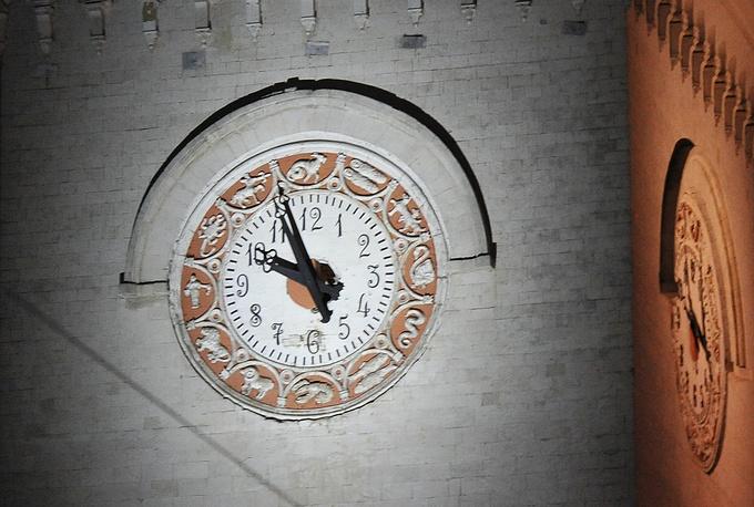 Часы на башне вокзала в Симферополе