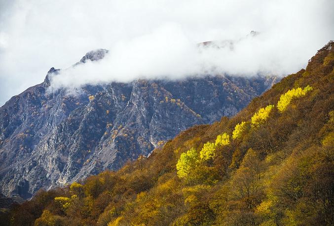 Черекское ущелье великолепно в любое время года. Но осенью оно обретает невероятно красивую расцветку