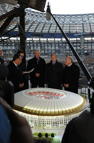 Высокие гости на фоне Большой спортивной арены