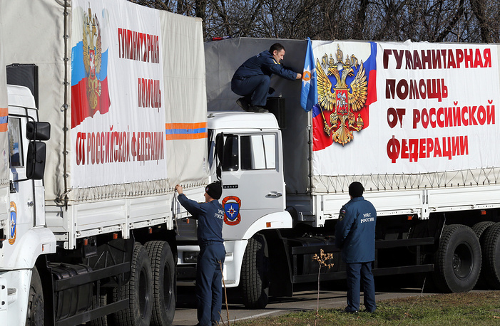 Грузовики колонны МЧС России с гуманитарной помощью во время остановки в Ростовской области