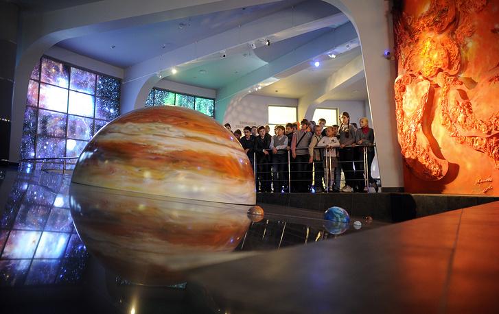 """В реконструированном планетарии появились Малый зал на 11 мест, интерактивный музей """"Лунариум"""", музей истории планетария и истории астрономии, получивший имя древнегреческой музы астрономии Урании, 4D-кинотеатр. На фото: занятие астрономического кружка в одном из залов"""