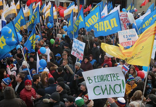 """Среди лозунгов звучали: """"Мы едины"""", """"В единстве наша сила"""", """"Нас много, Родина одна"""", """"Нет фашизму"""", """"Путин, мы с тобой"""", """"Медведь в тайге хозяин"""""""