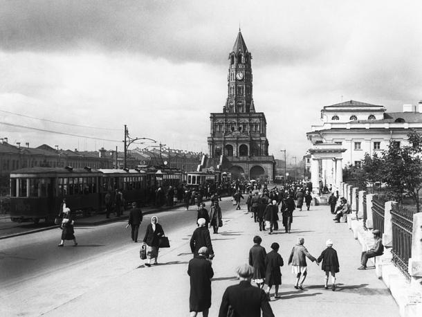 Сухаревская башня на Колхозной площади в Москве. 1930 год