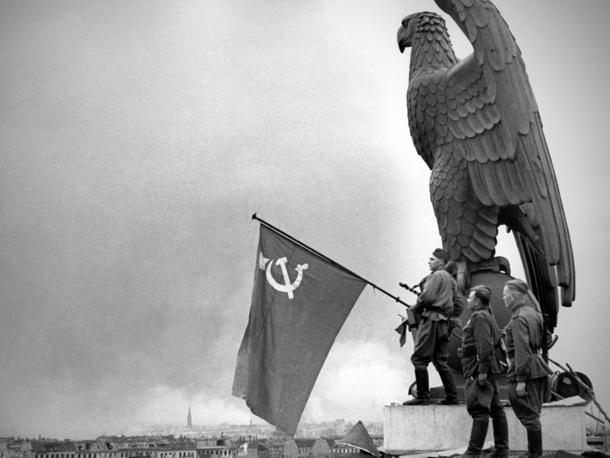 Бойцы Красной Армии вывешивают советский  флаг над зданием аэропорта в Берлине. 1945 год