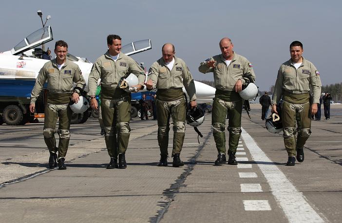Сегодня в составе российских пилотажных групп только опытные летчики первого класса. Все они провели в воздухе не менее 1 тыс. часов