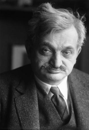 После установления в Германии нацистской диктатуры Ласкер жил в Великобритании, СССР и США. Неоднократно прекращал шахматные выступления, чтобы заняться математикой и философией