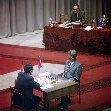 Матч на первенство мира по шахматам между Тиграном Петросяном и Борисом Спасским (справа). За судейским столом международный арбитр, главный судья чемпионата Альберик Келли, 1969 год