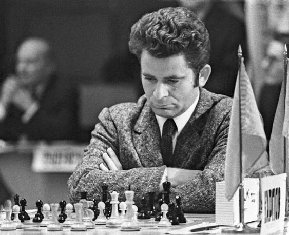 10-й чемпион мира Борис Спасский. Стал чемпионом мира после второго матча с Тиграном Петросяном в 1969 году. Защищал титул он в матче против американского гроссмейстера Роберта Фишера, которому проиграл в 1972 году в Рейкьявике. В прошлом году Спасский поменял шахматную федерацию с французской, за которую выступал с 1984 года, на российскую