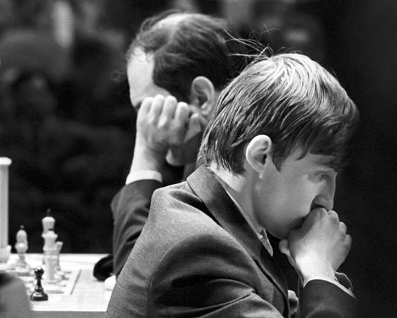 Гроссмейстеры Анатолий Карпов (справа) и Михаил Таль, 1971 год