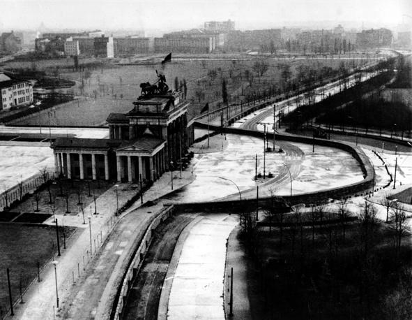 После Второй мировой войны Берлин был был поделен между странами-победительницами - СССР, США, Великобританией и Францией - на четыре оккупационные зоны. Восточная зона, занятая советскими войсками, стала столицей ГДР. В пределах остальных оккупационных зон существовал Западный Берлин. На фото: Бранденбургские ворота в секторе Восточного Берлина, 1961 год