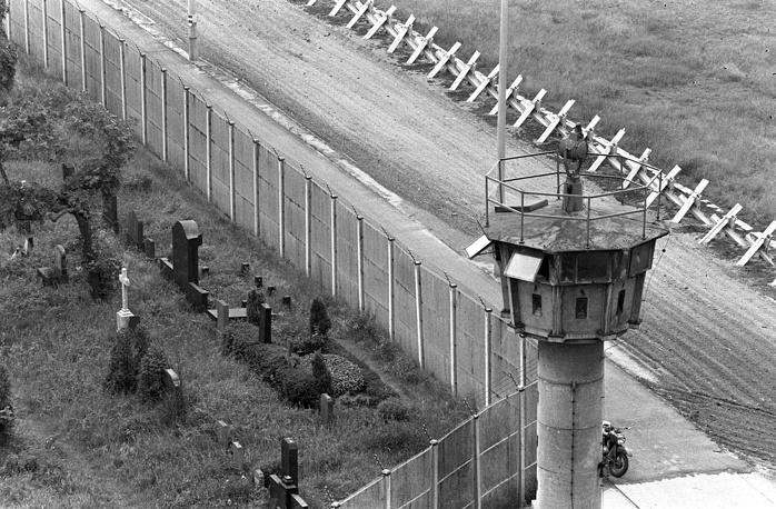 Вдоль стены располагались 302 вышки с часовыми и стрелками-снайперами, к охране было привлечено свыше 10 тыс. военнослужащих ГДР. На фото: Берлинская стена, 1978 год