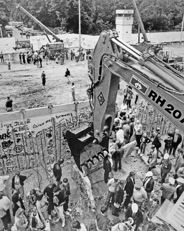 22 января 1990 года пограничники ГДР приступили к разбору Берлинской стены. На фото: демонтаж стены в районе улиц Бернауэрштрассе и Аккерштрассе, 1990 год