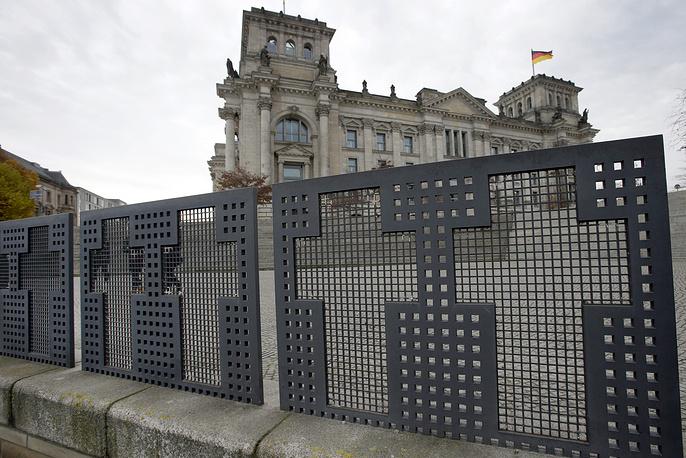 Ограждения с крестами перед зданием Рейхстага были установлены в память о людях, погибших при попытке пересечь границу между Восточным и Западным Берлином
