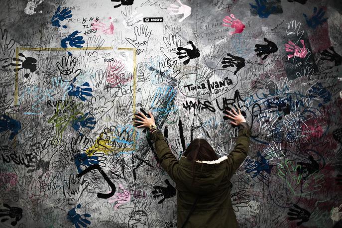 В Германии 7 ноября  началось трехдневное празднование по случаю 25-летнего юбилея падения Берлинской стены 9 ноября 1989 года. Крушение символа раскола Германии стало вестником окончания холодной войны и начала новой эпохи в международных отношениях. На фото: фрагмент Берлинской стены, представленный в художественной галерее под открытым небом East Side Gallery в Берлине